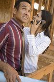 Coppia ispanica parla cellulare in cantiere — Foto Stock