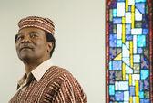 Homme africain à côté de vitrail — Photo