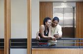 Universidad buscando pareja celebró a mano dispositivo — Foto de Stock