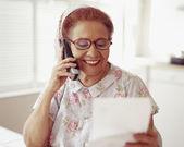 Starszy hiszpanin kobieta rozmowy na telefon — Zdjęcie stockowe