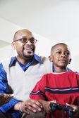Far och son spelar videospel — Stockfoto