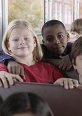 Portrét dětí na školní autobus — Stock fotografie