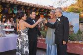 Couples hispaniques grillage à quinceanera — Photo