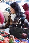 Mujer de compras para producir — Foto de Stock