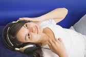 İspanyol kız kulaklık dinleme — Stok fotoğraf