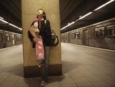Adolescente en attente pour métro — Photo