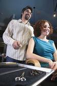 Man cutting woman's hair — Foto de Stock