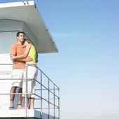 Paar auf boot umarmen — Stockfoto