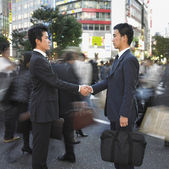 Dos hombres de negocios dándose la mano — Foto de Stock