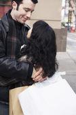 買い物袋を受け入れるカップルします。 — ストック写真