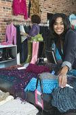 Mujeres de compras para la ropa — Foto de Stock