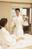 Spansktalande par med mat i hotellrum — Stockfoto