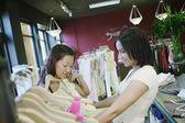 İki kadın elbisesi için alışveriş — Stok fotoğraf