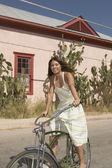 Jovem mulher andando de bicicleta — Foto Stock