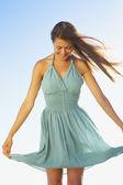 Kobieta trzyma się sukienka na stronach — Zdjęcie stockowe