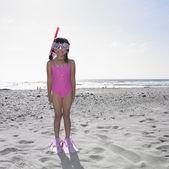 Chica con gafas y snorkel en la playa — Foto de Stock