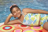 Mladá dívka relaxační na ručník — Stock fotografie