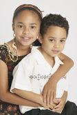 Mladá sestra a bratr objímání — Stock fotografie