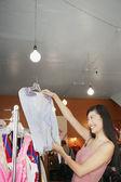 žena oblečení nakupování — Stock fotografie