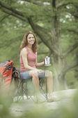 Jovem mulher com engrenagem acampando — Foto Stock