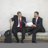 Bagaj ile konuşurken iki iş adamları — Stok fotoğraf