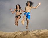 Para skacząc z piasku — Zdjęcie stockowe