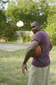 Adam tutarak basketbol — Stok fotoğraf