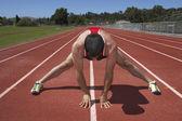 Männliche track runner dehnung — Stockfoto
