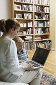 Mãe e filho usando um laptop — Foto Stock
