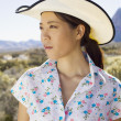 Foto Stock: Young woman in cowboy hat posing for the camera