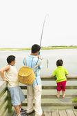 Padre de pesca con hijos — Foto de Stock