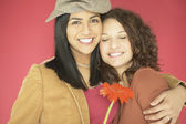 Dos mujeres abrazándose — Foto de Stock