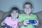 Fratello e sorella video-giochi — Foto Stock