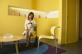 Businesswoman sitting in waiting room — Foto Stock