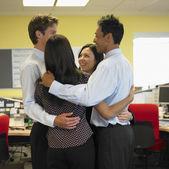 Företag i grupp kram — Stockfoto