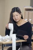 De compensação de cheques de mulher — Foto Stock