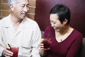 Paar drankjes samen met — Stockfoto