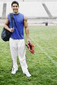 在足球场相机微笑的男运动员 — 图库照片