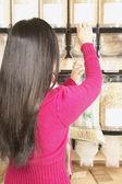 Kobieta w sekcji luzem sklep spożywczy — Zdjęcie stockowe