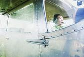 Человек летающий самолет — Стоковое фото