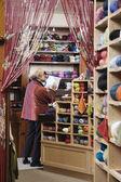 Frau bestandsaufnahme im garn shop — Stockfoto