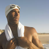 Człowiek w czepek pływacki z ręcznik wokół szyi — Zdjęcie stockowe
