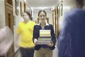 書籍を運ぶ 10 代の少女 — ストック写真