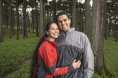 Ritratto di coppia abbracciarsi in foresta — Foto Stock