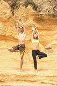 Coppia facendo yoga — Foto Stock