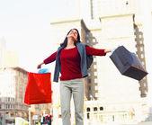Joven excitado mientras que las compras — Foto de Stock