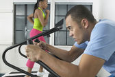 Couple working out in gym — Stock Photo