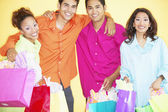 Retrato de grupo de familia sosteniendo bolsas de regalo — Foto de Stock