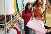 Comprar roupas de três mulheres — Foto Stock
