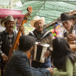 Young couple with Mariachi band - Foto Stock